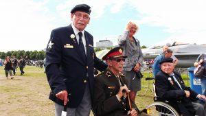 Veteraan Herman op de foto met Generaal Luitenant BD Ted Meines, ook wel eerbiedig de vader des Veteranen genoemd